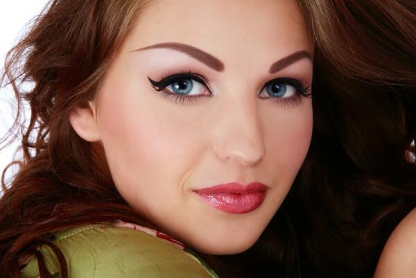 Девушка с перманентным макияжем бровей