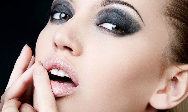 Девушка с перманентным макияжем