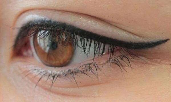 Нанесение стрелки на верхнее веко глаз