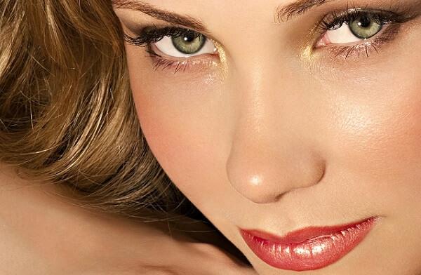 Подчеркиваем зеленые глаза шатенки