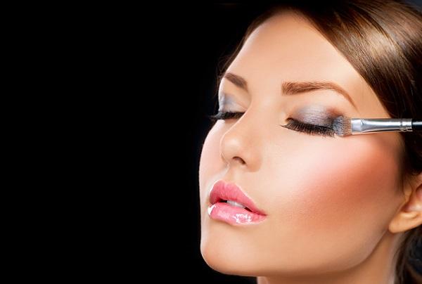 Подчеркиваем глаза в вечернем макияже