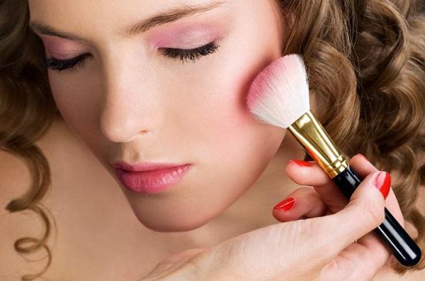 Розовые тона используются в макияже для русых волос