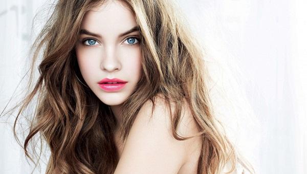 Яркий и легкий макияж для голубых глаз