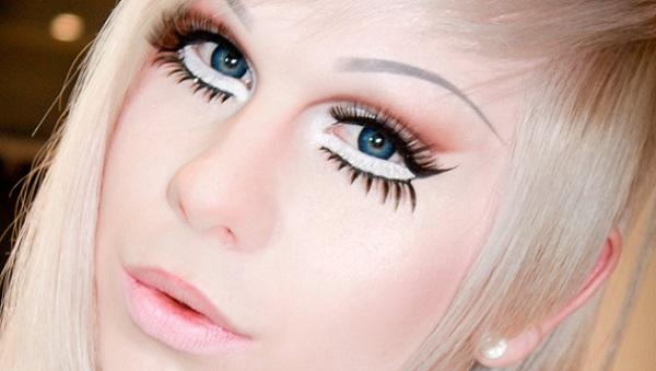 Для аниме-макияже нужен фарфоровый оттенок кожи