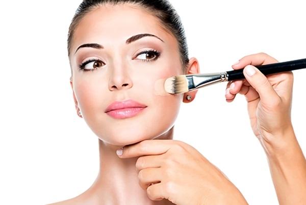Для нюд макияжа нужно правильно нанести тональник