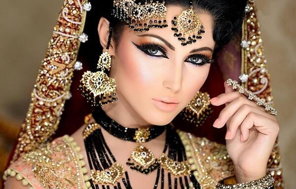 Индийский макияж для серых глаз