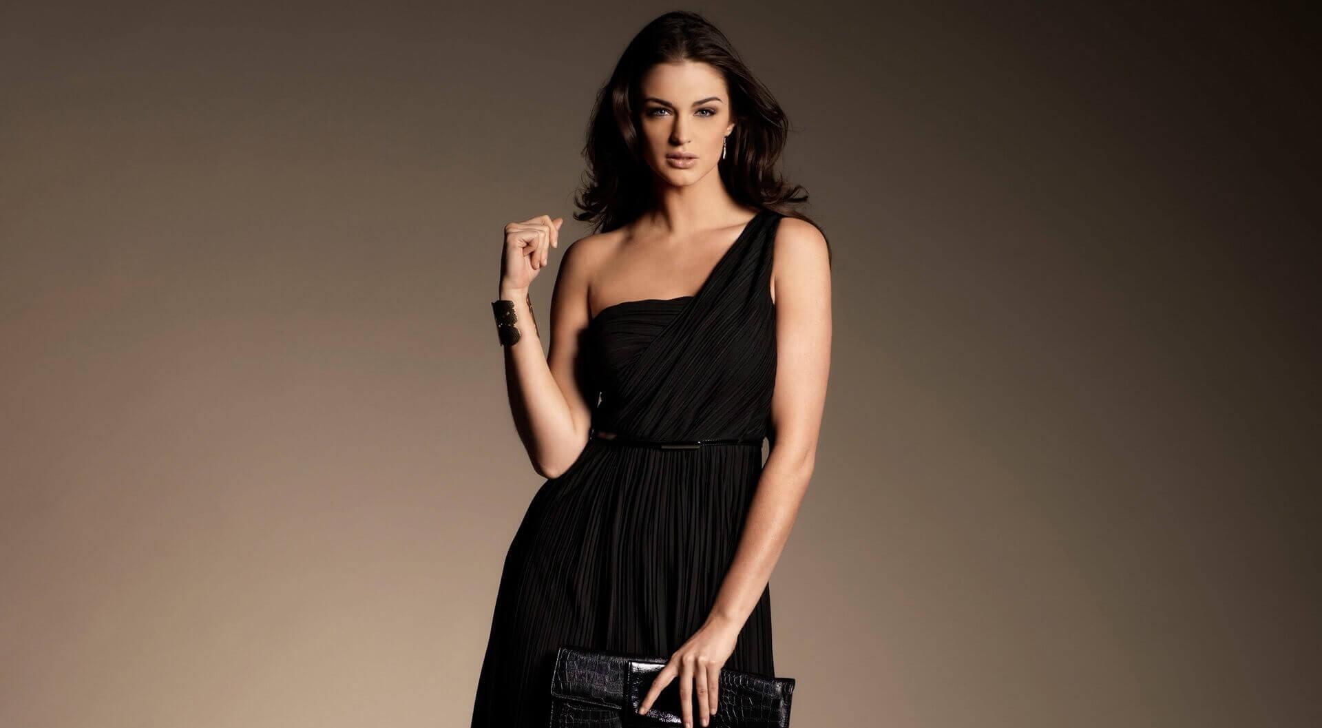 363cd157021ffe8 Макияж к разным платьям для брюнетки: какую косметику выбрать