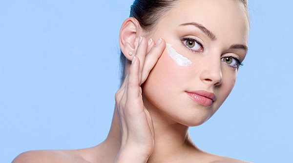 Перед нанесением макияже следует увлажнить кожу