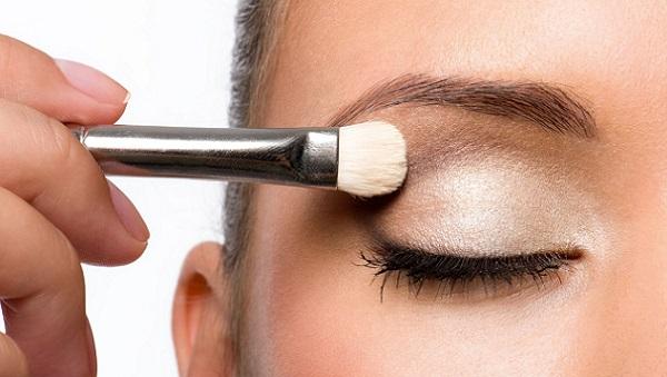 Серебристые тени сочетаются с серыми глазами