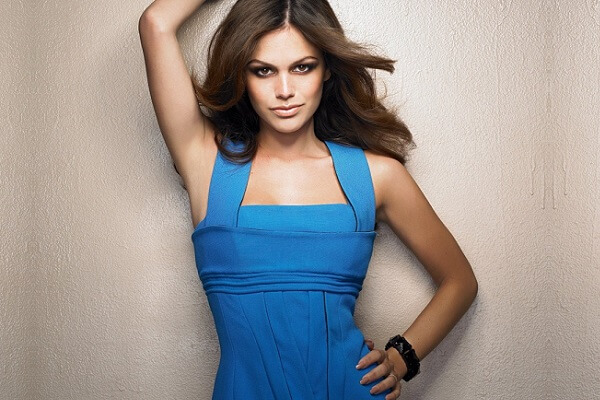Особенности макияжа под темно-синее платье For