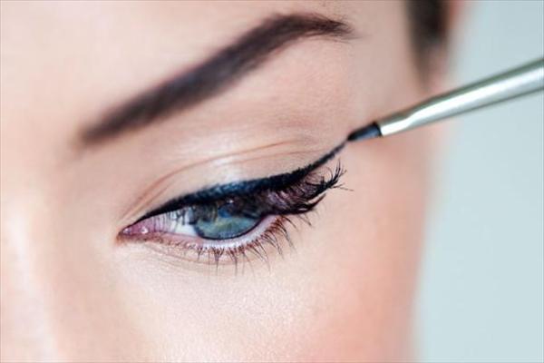 Нанесение стрелки для естественного макияжа