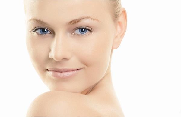 Для качественного макияжа следует всегда ухаживать за кожей лица