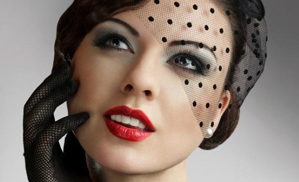 Вариант исполнения макияжа в стиле Чикаго