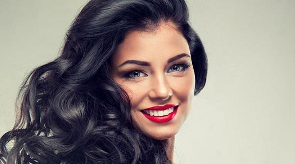 Вариант макияжа губ для брюнетки