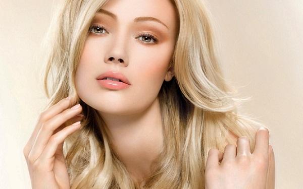 В естественном макияже следует использовать хайлайтер