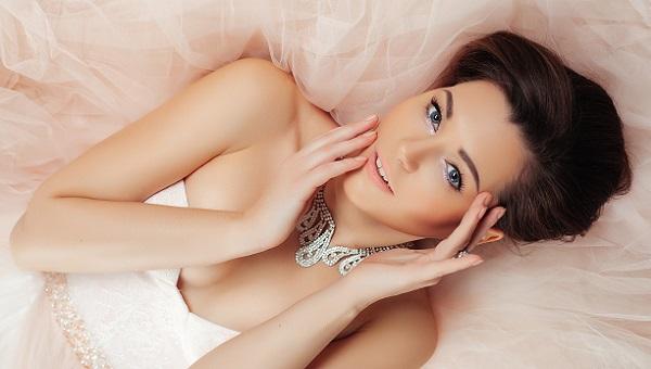 Вариант свадебного макияжа серо-голубых глаз