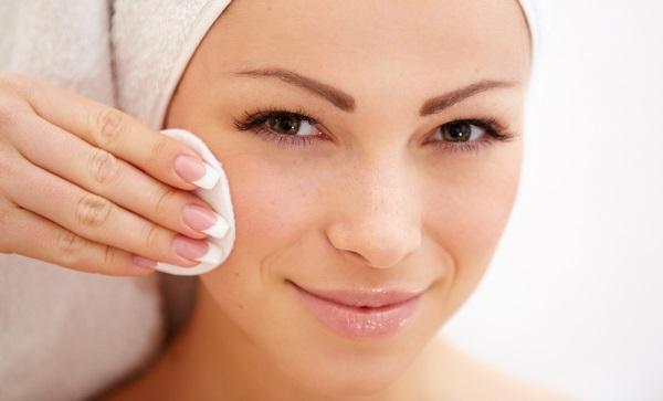 Перед нанесением макияжа следует очистить кожу