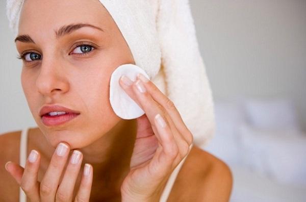 Перед макияжем следует очистить и увлажнить кожу