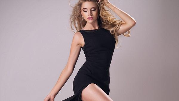 Вишневая помада прекрасно подходит под черное платье