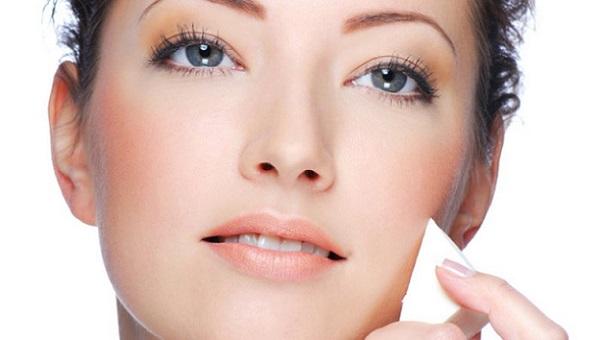 Нанесение тонального крема является основой макияжа