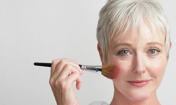В макияже 50-летней можно использовать румяна