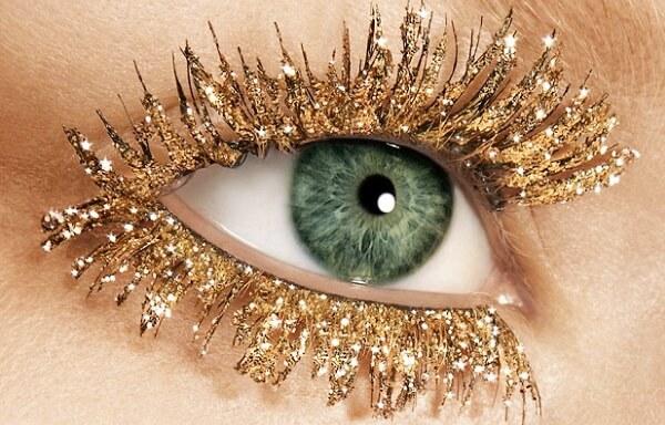 Ресница с золотыми блестками