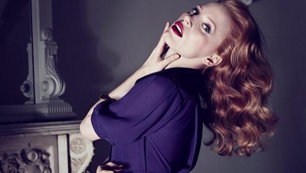 Вариант макияжа под фиолетовое платье