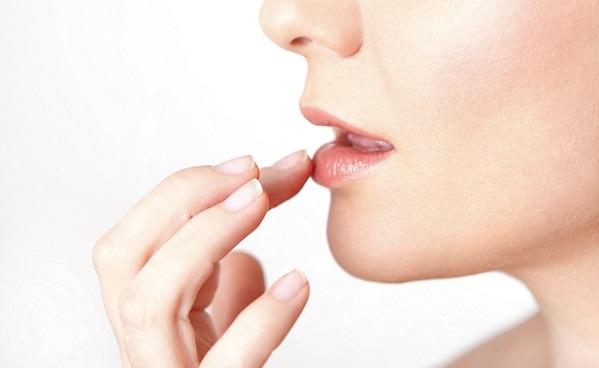 В процессе и после нанесения матовой помады губы можно увлажнять бальзамом