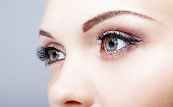 Подчеркнуть брови можно с помощью перманентного макияжа