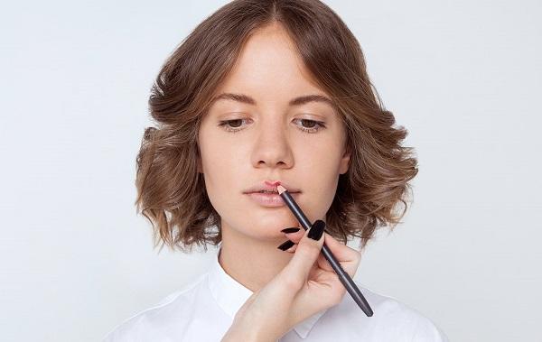 """Нанесение макияжа в форме """"буква М"""""""