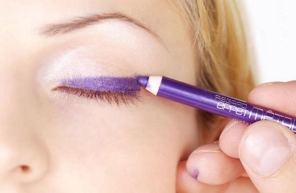 """Для макияжа """"птичка"""" используется фиолетовый карандаш"""