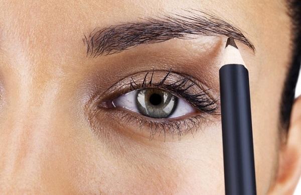 Использование твердого карандаша позволит сделать более стойкий макияж