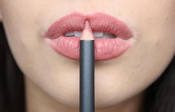 Оттенок карандаша должен быть примерно таким же, как и помады