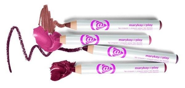 Для покраски всей области губ используется карандаш-помада