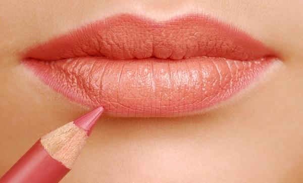 Перед применением помады следует очертить карандашом контур губ