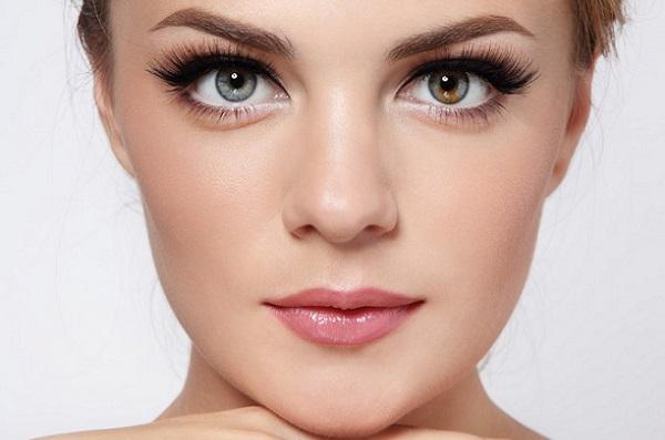 С помощью макияжа бровям можно придать любую форму