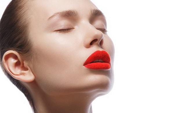 Для дневного макияжа используется матовая красная помада