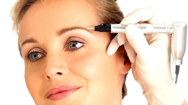 При нанесении татуажа и перманентного макияжа используются различные пигменты