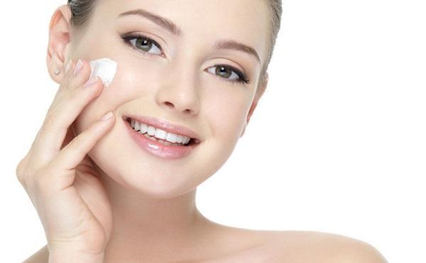 Увлажнение кожи необходимо проводить перед нанесением макияжа