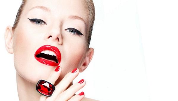 Для макияжа с красной помадой необходимо иметь белоснежные зубы