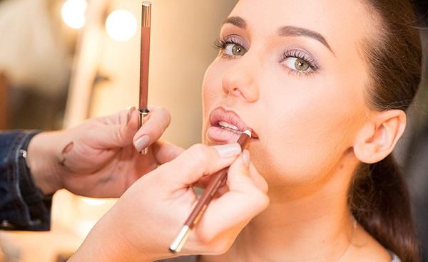 С помощью карандаша прорисовывается контур губ, который не допускает растекания помады
