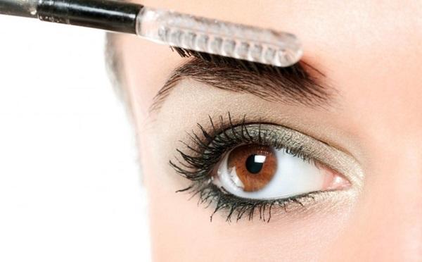 При нанесении макияжа следует расчесывать брови специальной щеткой