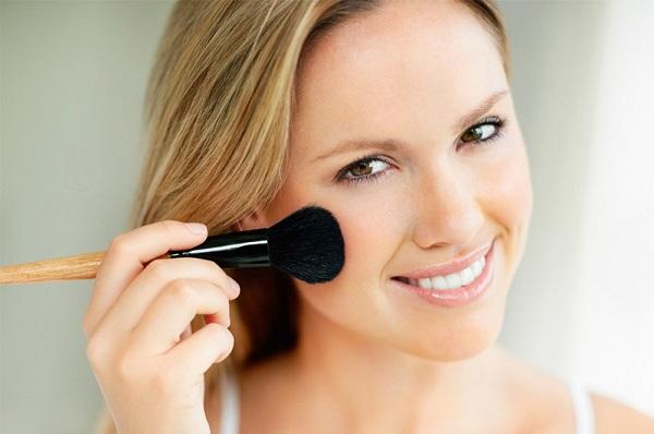 Румяна не должны быть яркими в легком макияже