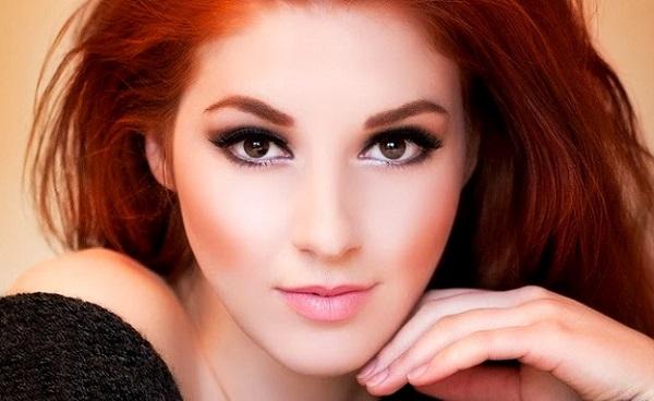 В макияже для рыжих волос можно использовать смоки айс