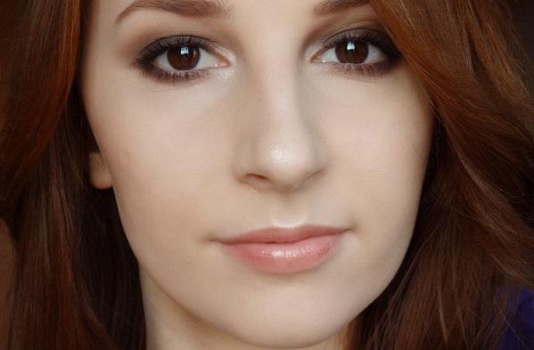 Нежный макияж с коричневыми смоки айс