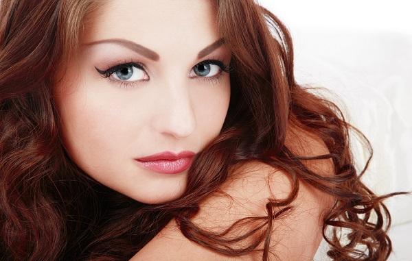 Стрелки помогут подчеркнуть глаза обладательниц рыжих волос