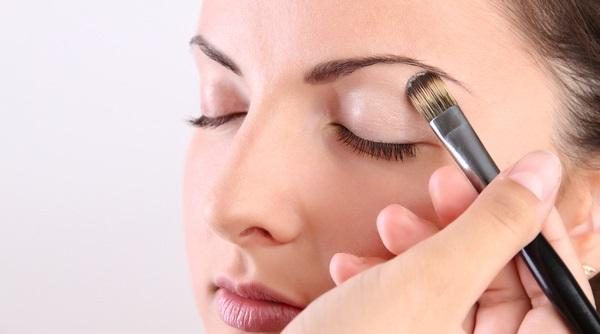 В легком макияже используются тени естественного оттенка