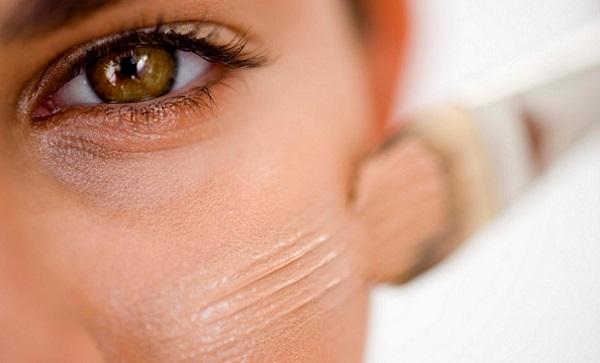 В повседневном макияже рекомендуется использовать специальный тональный крем