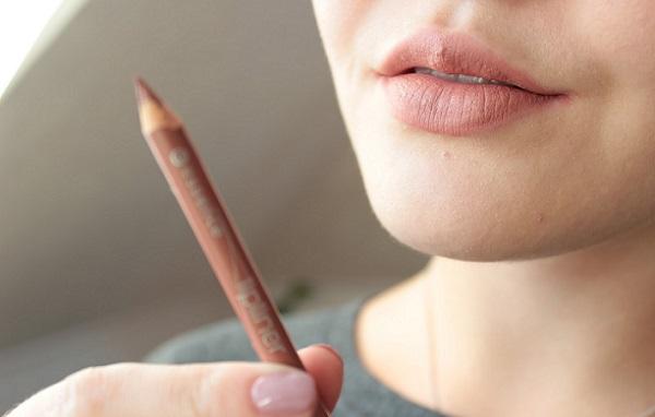 Светлые оттенки карандаша придадут эффекта увеличения губам