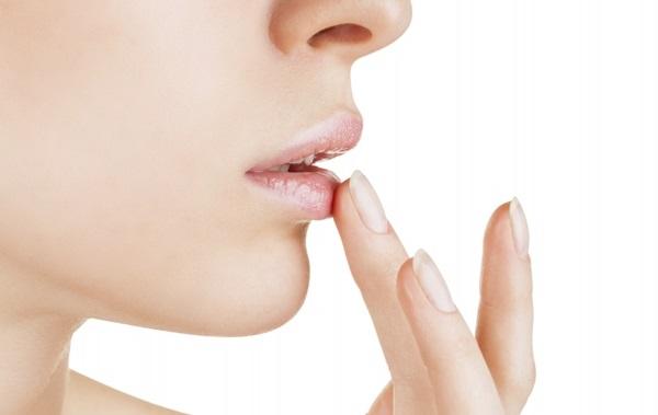 С помощью бальзама необходимо увлажнять губы